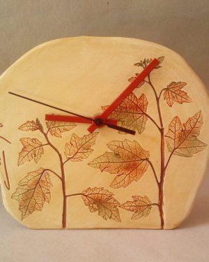 reloj hojas marrón mediano