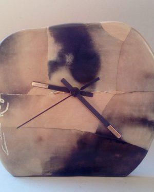 reloj serrín gris mediano